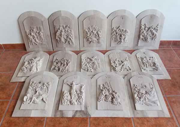 las catorce estaciones del va crucis talladas en madera